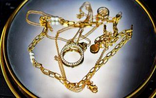 Golden glänzender Schmuck