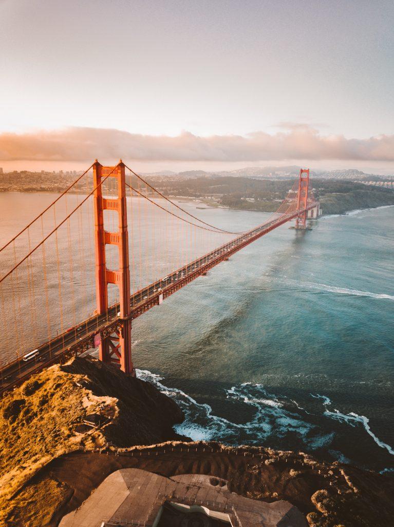 Die Golden Gate Bridge in Kalifornien, fotografiert von schräg oben.